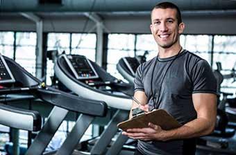 Тренер в спортзале - фото darunok.ua
