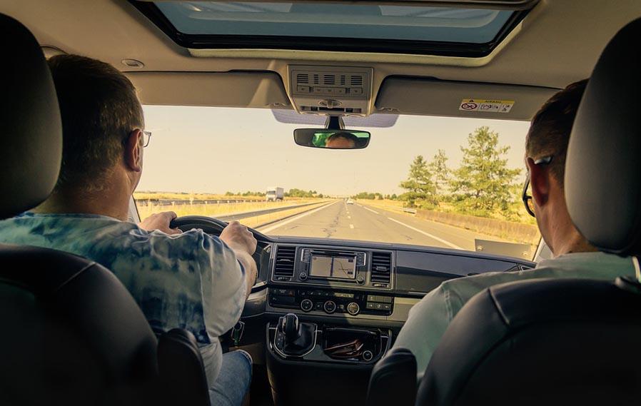 Водитель отвозит человека - фото darunok.ua