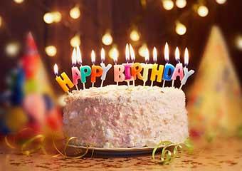 Торт со свечами к празднику - фото darunok.ua