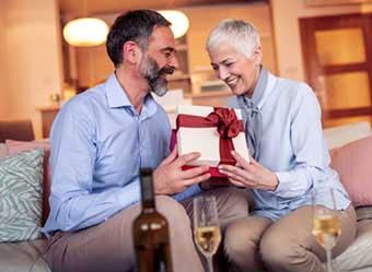 Вручение презентов супругами - фото darunok.ua