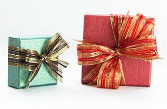 Упаковка подарунків на сапфірове річницю з оригінальними бантами - фото Дарунок