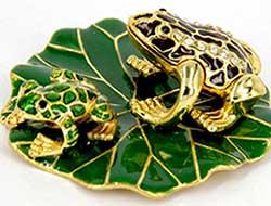 Подарункова статуетка жаби на аркуші - фото Дарунок