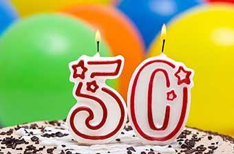 Торт зі свічками на ювілей п'ятдесят років - фото Дарунок