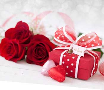 Романтичный подарок на День Валентина девушке - фото Дарунок