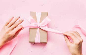 Упаковка подарка в нежных тонах - фото интернет-магазина darunok.ua