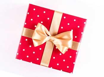 Изящная упаковка сувенира любимой - фото Дарунок