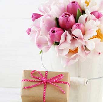 Цветы и красивый сувенир на 8 марта - фото darunok.ua