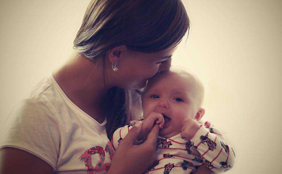 Молода жінка з дитиною - фото Дарунок