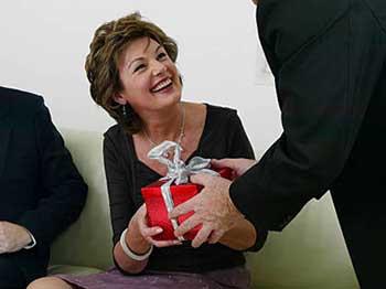Привітання жінки керівника з п'ятдесятиліттям - фото darunok.ua
