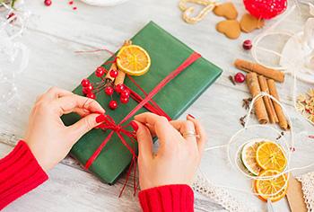 Оригінальна упаковка подарунка подрузі на Новий рік - фото інтернет-магазину darunok.ua
