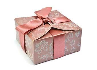Красиво упакований подарунок - фото Дарунок