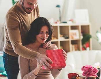 Чоловік вручає сюрприз на 30 років дружині - фото darunok.ua