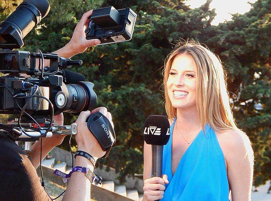 Журналист берет интервью  - фото darunok.ua