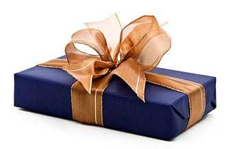 Подарок в праздничной упаковке - фото Дарунок