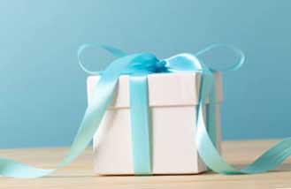 Подарок с праздничной лентой - фото Дарунок