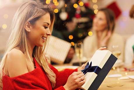 Вручение подарка женщине - фото интернет магазин Дарунок