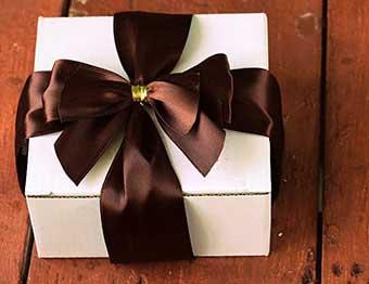 Сувенир тельцу в праздничной упаковке - фото Дарунок